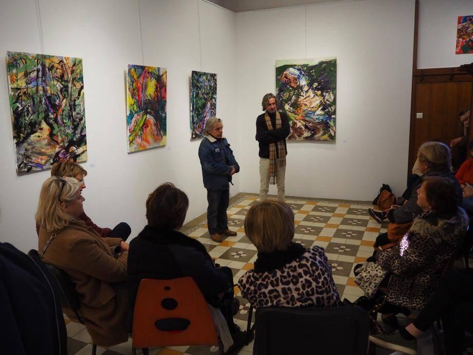L'art-thé, samedi après-midi, a permis des échanges fructueux avec le public, conquis par le travail d'Olivier.