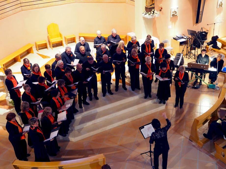 La chorale de la Cantarelle était sous la direction de Mireille Stathopoulos et était accompagnée par les pianistes Cécile Bienfait et Calendau Guquet.