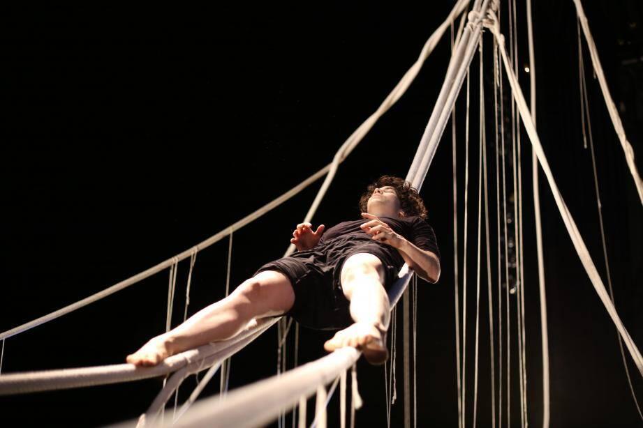 Accompagnée par le musicien David Amar (à droite), Inbal Ben Haim livre une performance contemporaine entre cirque et danse aérienne.