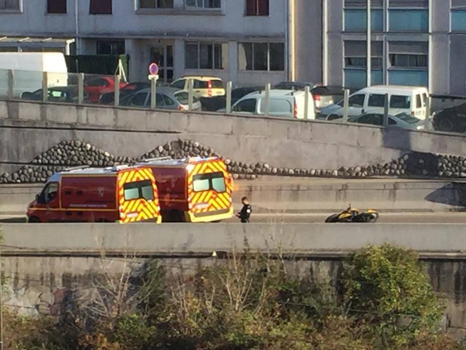 L'accident s'est produit juste avant le pont de la Tour, sur la voie rapide, dans le sens ouest-est.