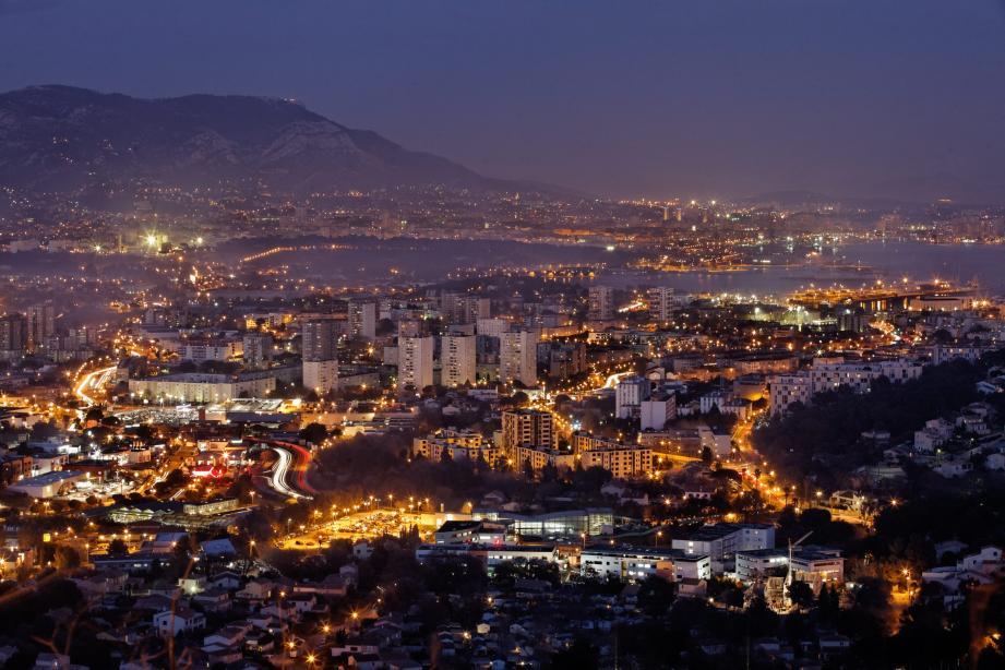 Une vue de Toulon la nuit.