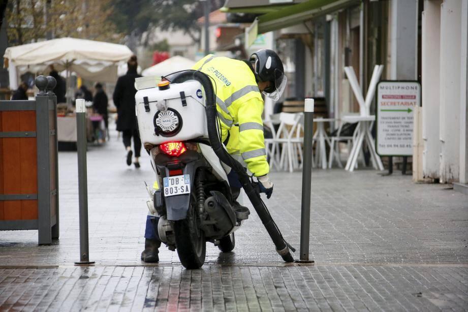 La preuve en image: oui, la moto-crotte sévit encore dans les rues de la ville.