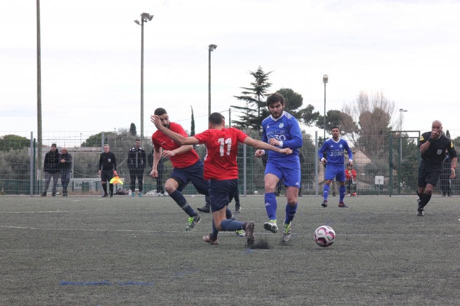 Le FC Antibes de Picard, ci-dessus en bleu, et Sancho, balle au pied ci-contre, a enlevé le derby face au CDJ.