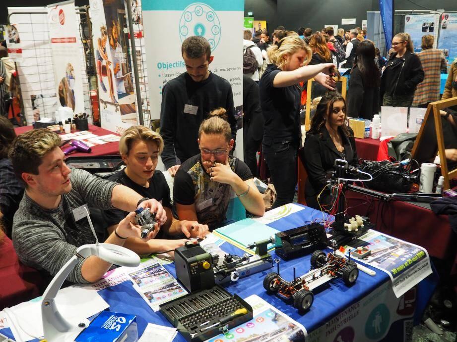 À côté du stand coiffure et esthétisme, quelques élèves passionnés expliquent la maintenance industrielle à l'aide de prototypes.