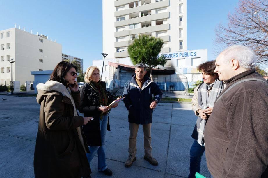 Hier matin, beaucoup de questions restaient posées devant la Maison des services publics de La Seyne, contrainte à la fermeture à la suite de l'incendie de lundi matin.