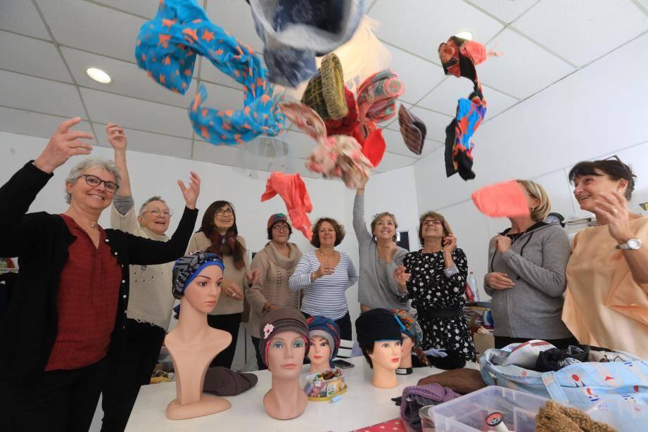 Lancer de chapeaux pour les couturières hyéroises des Chapeaux de Martine.