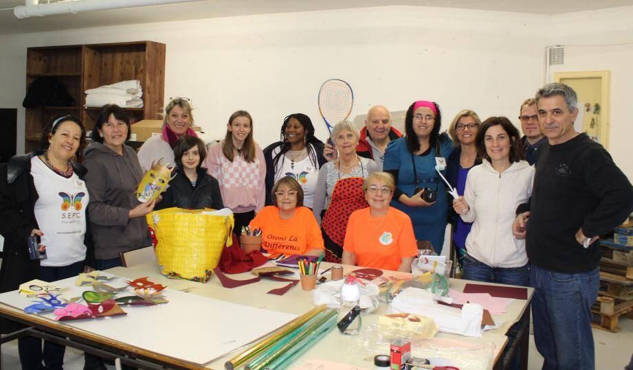 Les bénévoles préparent avec enthousiasme les chars du carnaval.