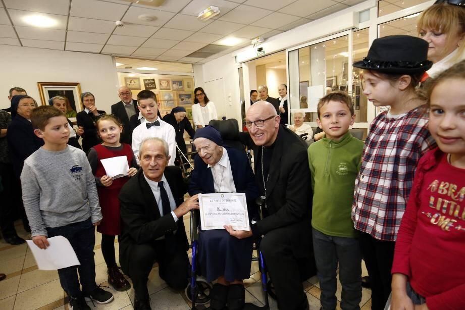 Le maire, Hubert Falco, en présence de Monseigneur Rey, entouré de six petits Toulonnais du centre de loisirs sans hébergement de La Florane ont remis à Sœur André le diplôme de citoyenne d'honneur de la ville de Toulon.