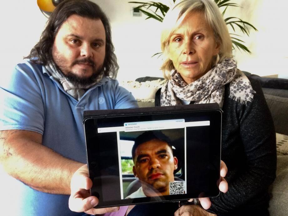 Fred Vacherié et Martine Jaurgoyhen exhibent la photo de Ricardo Dos Santos, soupçonné du meurtre de leur frère et fils, toujours recherché dans l'État de São Paulo au Brésil.