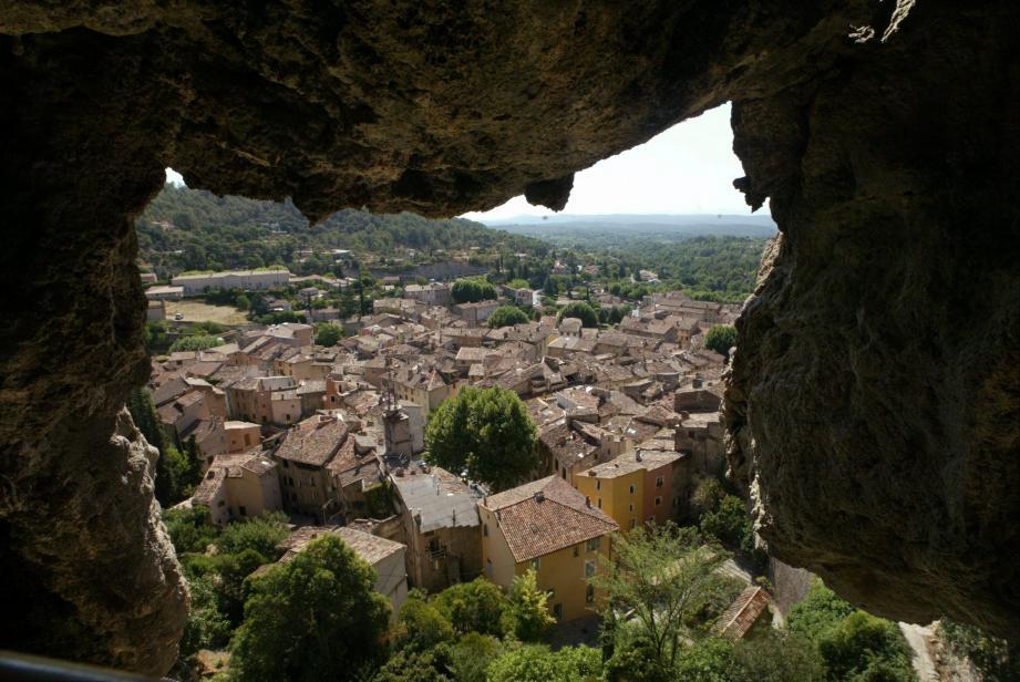 Vue du village depuis une des grottes troglodytes qui se visitent.