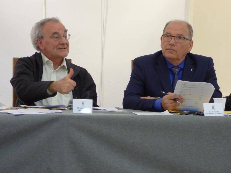 Un budghet défendu par le maire Jean-Michel Sempéré (à droite) et son 4e adjoint Christian Séguret...