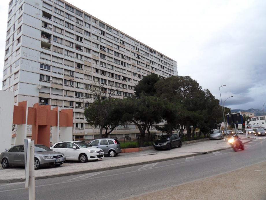 Un quartier de Toulon où le trafic semble prospérer.
