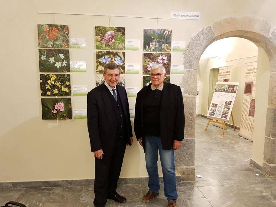 Robert Bénéventi et André Lamy devant quelques une des photos présentées.