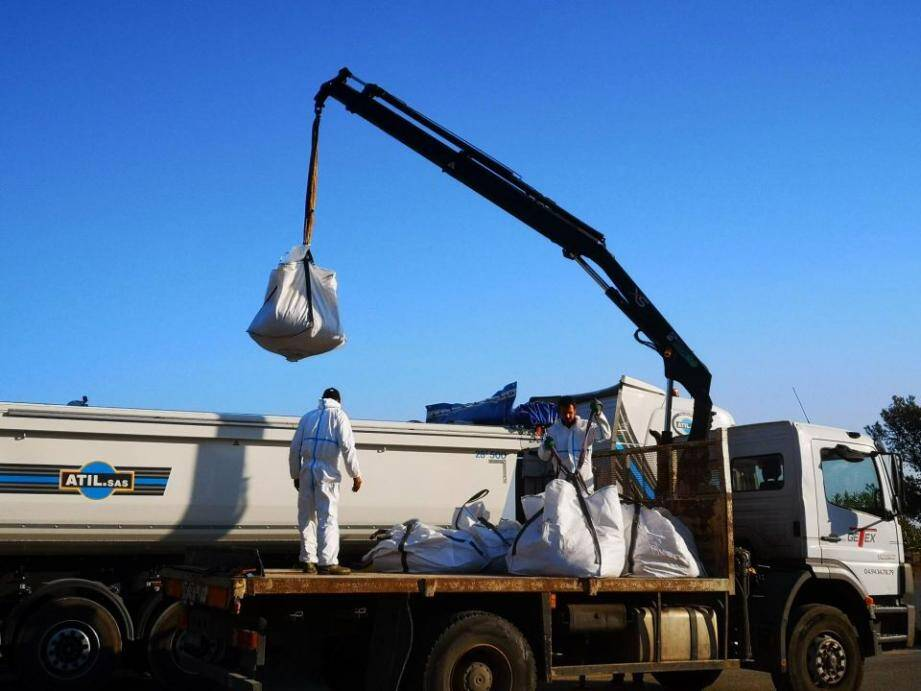 Les matériaux collectés dans les sacs sont transférés vers un site spécialisé dans le traitement des déchets hydrocarbures.