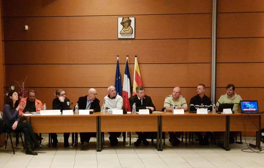 Le maire était entouré d'élus et de représentants de l'ONF, des sapeurs-pompiers, de la police municipale et du CCFF.
