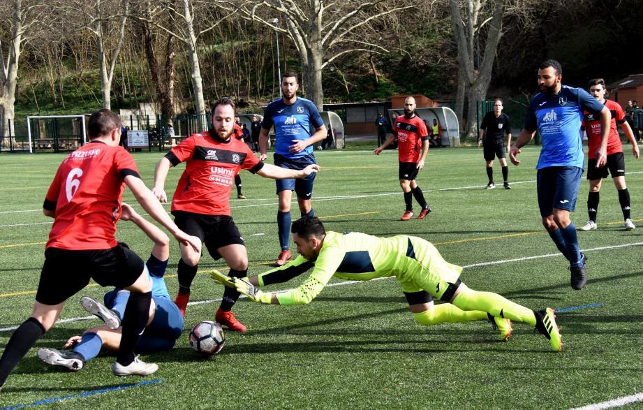 La pression des attaquants de Cuers-Pierrefeu (en rouge), devant les buts toulonnais leur a permis d'accrocher le nul.