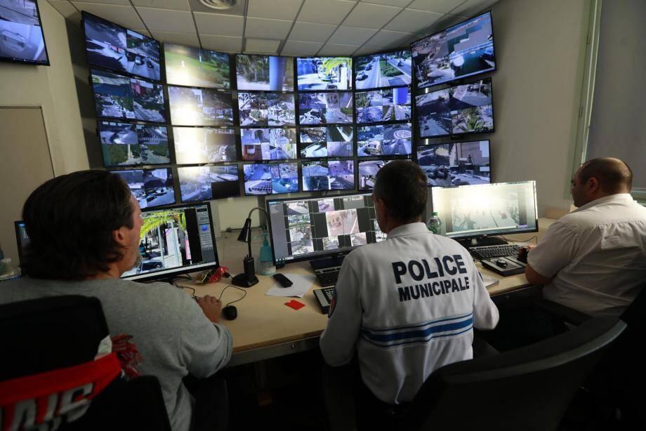 Au centre de supervision de Hyères, dans les locaux de la police municipale où sont exploitées les images des 178 caméras de la ville.