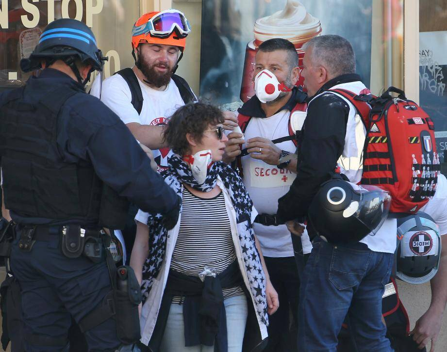 Thierry Paysant - au centre avec un masque - et les secouristes encadrés par la police juste avant la charge des forces de l'ordre  .