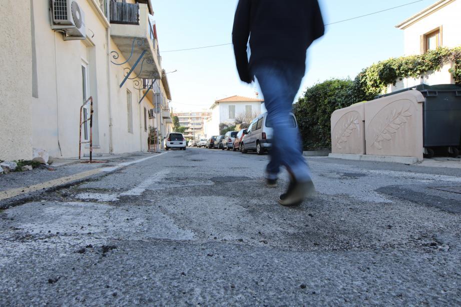 La chaussée du passage Jean-Pons, qui est une voie publique, est en mauvais état. Comme d'autres rues au Cros. Les riverains demandent que la Ville et la Métropole entreprennent les travaux nécessaires.
