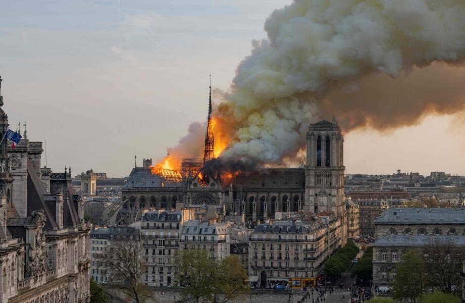 La cathédrale Notre-Dame de Paris, en feu, lundi 15 avril 2019.
