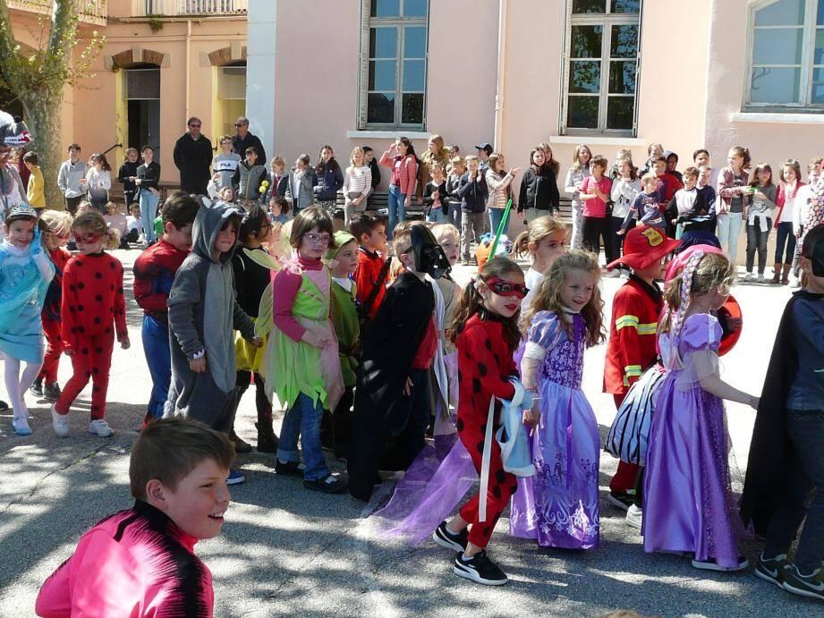 Les petits ont défilé devant les écoliers d'Anatole France.