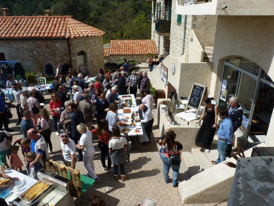 Lors du tout premier Marché de printemps organisé dans le village, les habitants de Castillon étaient  nombreux pour accueillir les nouveaux artistes et commerçant.