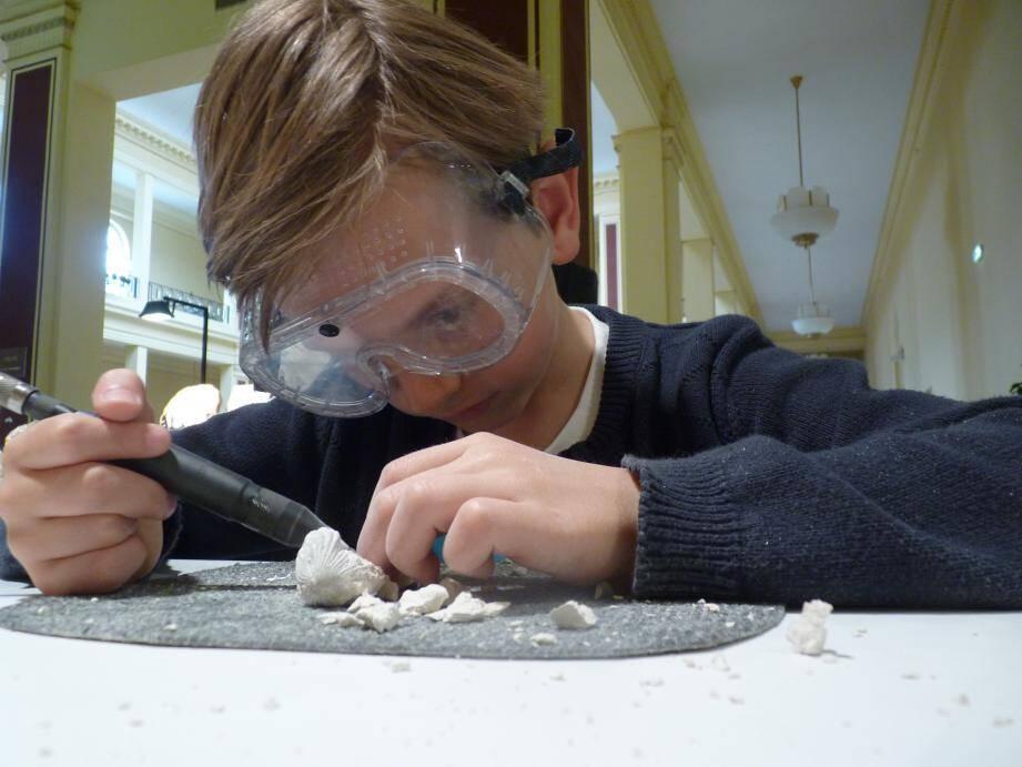 Les enfants peuvent repartir avec leur vrai coquillage fossile datant de 165 millions d'années.