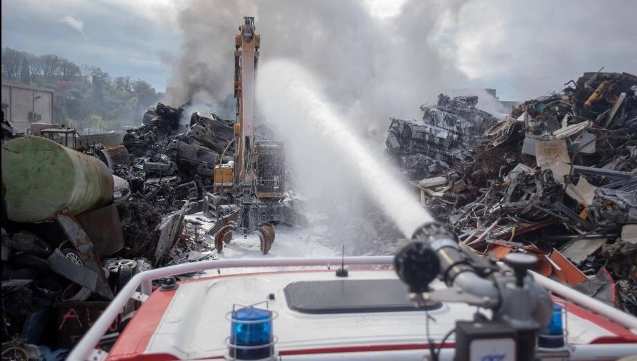 Les pompiers ont lutté contre l'incendie chez Demoliauto, à Grasse.