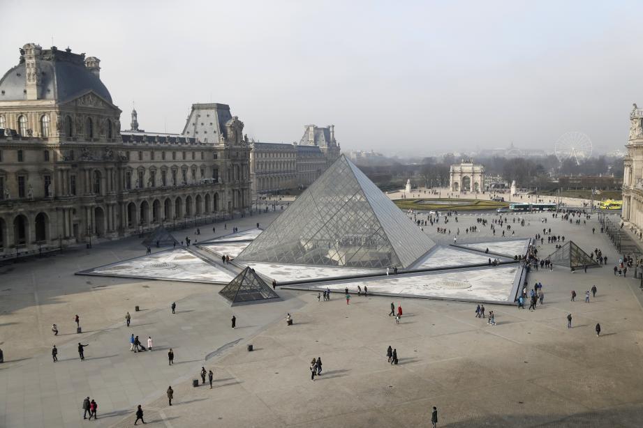 La pyramide du Louvre à Paris.