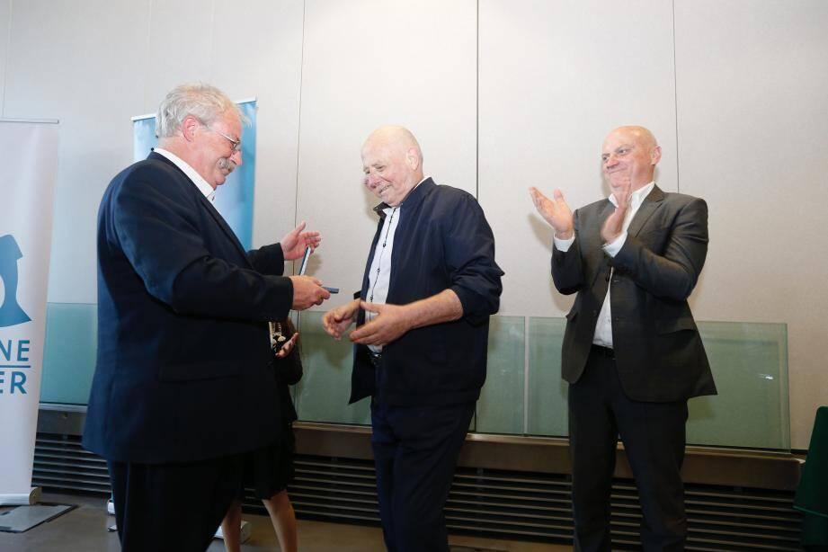 Marc Vuillemot remet la médaille d'honneur de la ville à Serge Féraud.