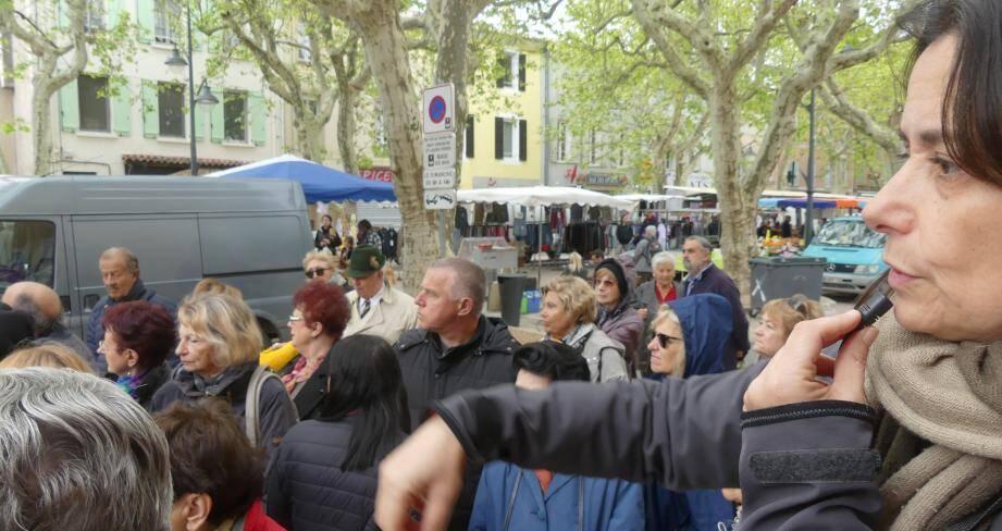 Petite histoire de Nans-les-Pins sur la place du village, un jour de marché.