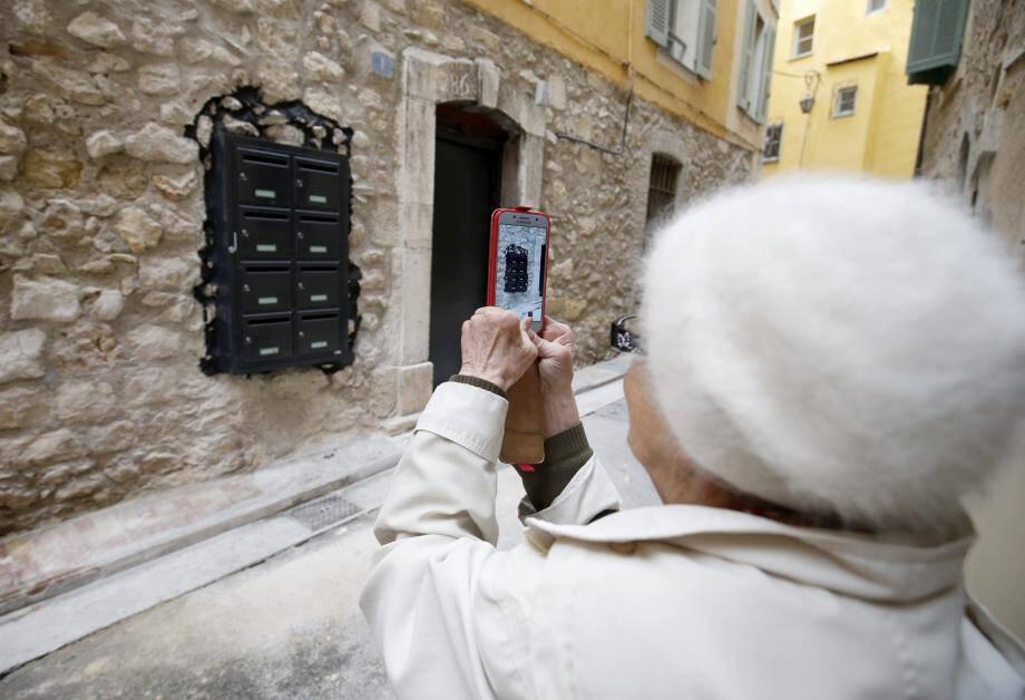 Impasse du Grand Four, la batterie de boîtes aux lettres moderne encastrée dans un mur ancien est devenue l'attraction.