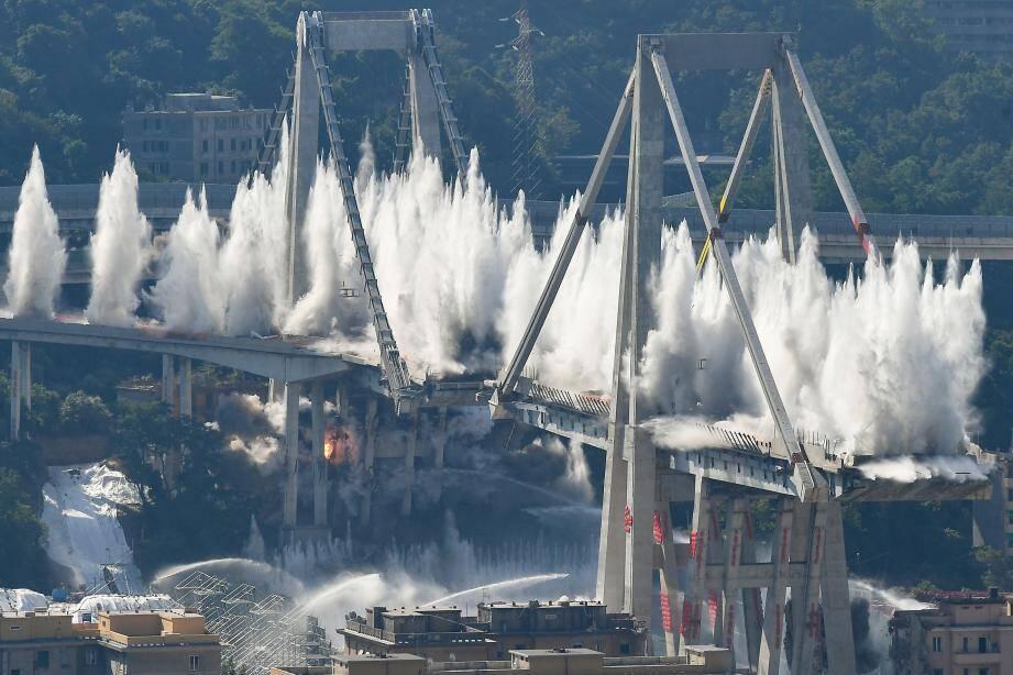 Le pont Morandi détruit à l'explosif ce matin.
