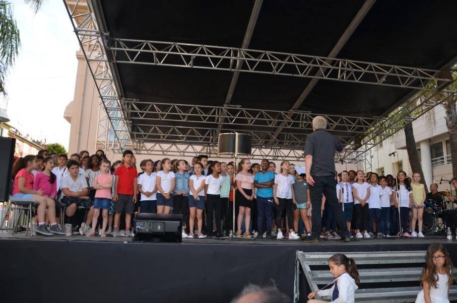 Les élèves ont offert une magnifique performance, sous la direction de Jacques Martin, et accompagnés d'un orchestre de l'école municipale de musique de Beausoleil.