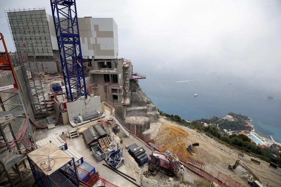 Depuis plusieurs années, une dizaine de riverains - qui vivent en contrebas de la falaise - s'inquiètent des travaux qui se déroulent sur le mythique Vista Palace, et notamment de l'installation récente de blocs de béton juste en bas du chantier