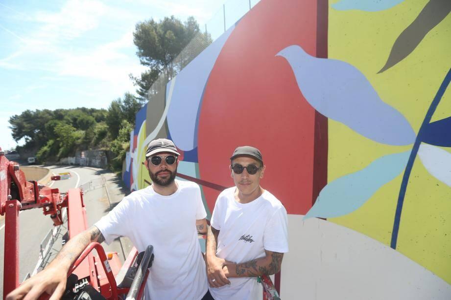Les artistes belges (à gauche) ont débuté la fresque depuis une semaine.