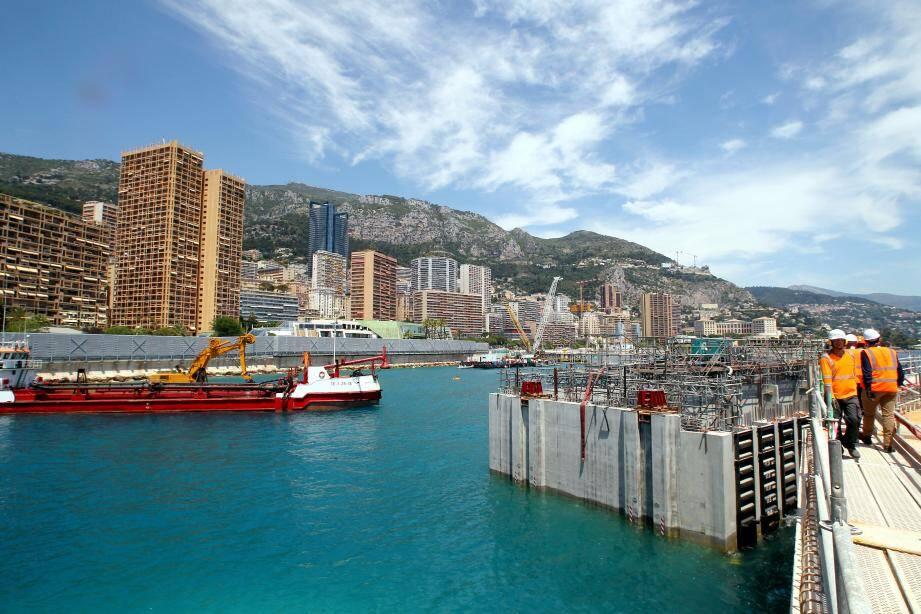 La ceinture protectrice du nouveau quartier, encore orpheline de cinq caissons, sera fermée courant juillet. Deux sont stockés à Monaco et seront positionnés prochainement. Trois sont encore en attente à Marseille, lieu de leur fabrication.