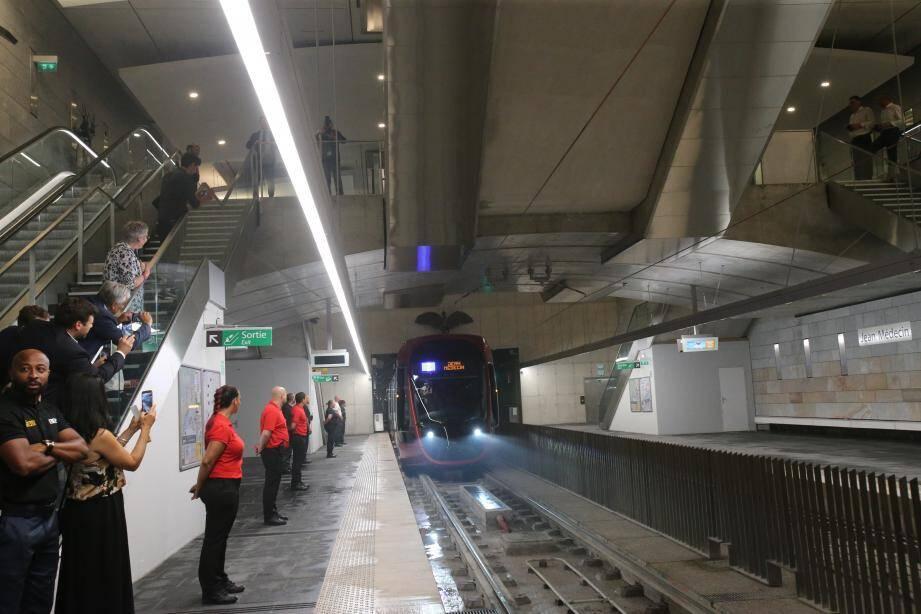 Le tram sans la station Jean-Médecin.