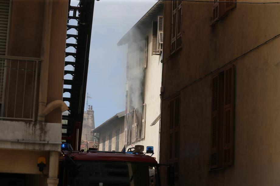 L'incendie s'est déclaré au 1er étage d'un immeuble de trois niveaux, avenue de Carras à Nice.