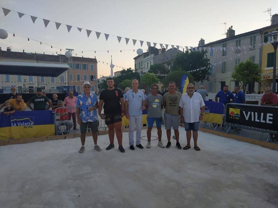 Stéphane Champ (à gauche), élu en charge des sports, et le maire Thierry Albertini ont remis le trophée du Challenge du maire, à la doublette vainqueur de cette édition 2019.
