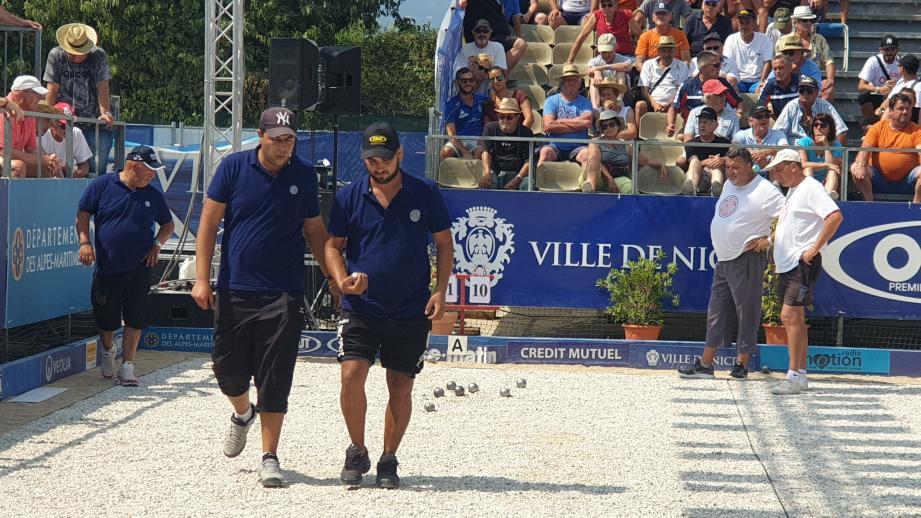 La triplette Cannas-Bougriba-Navarro (en bleu, de gauche à droite) a créé la première sensation de la compétition en battant l'équipe de Philippe Quintais 13-11 après avoir mené 7-0.