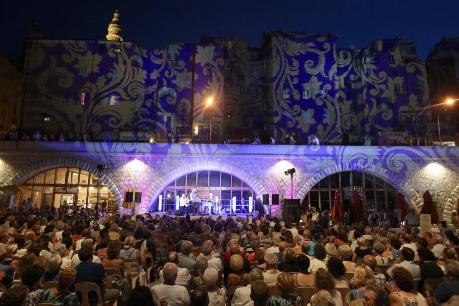Les spectateurs sont venus très nombreux, hier soir, assister au concert de pré-ouverture du Festival sur l'esplanade des Sablettes. Des murs de lumières ont fait de la vieille ville un théâtre féerique.
