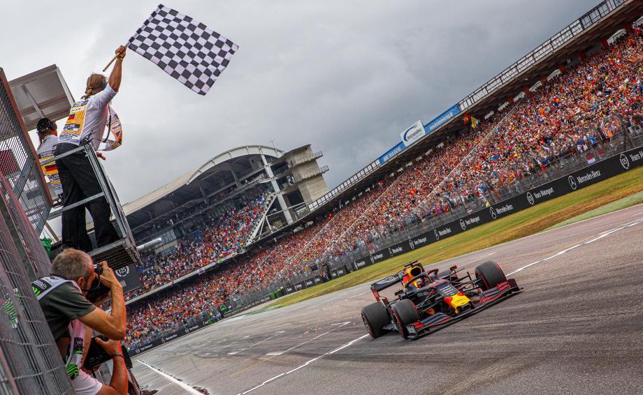Les innombrables fans néerlandais présents hier à Hockenheim en ont eu pour leur argent. Tous derrière et Max Verstappen devant !