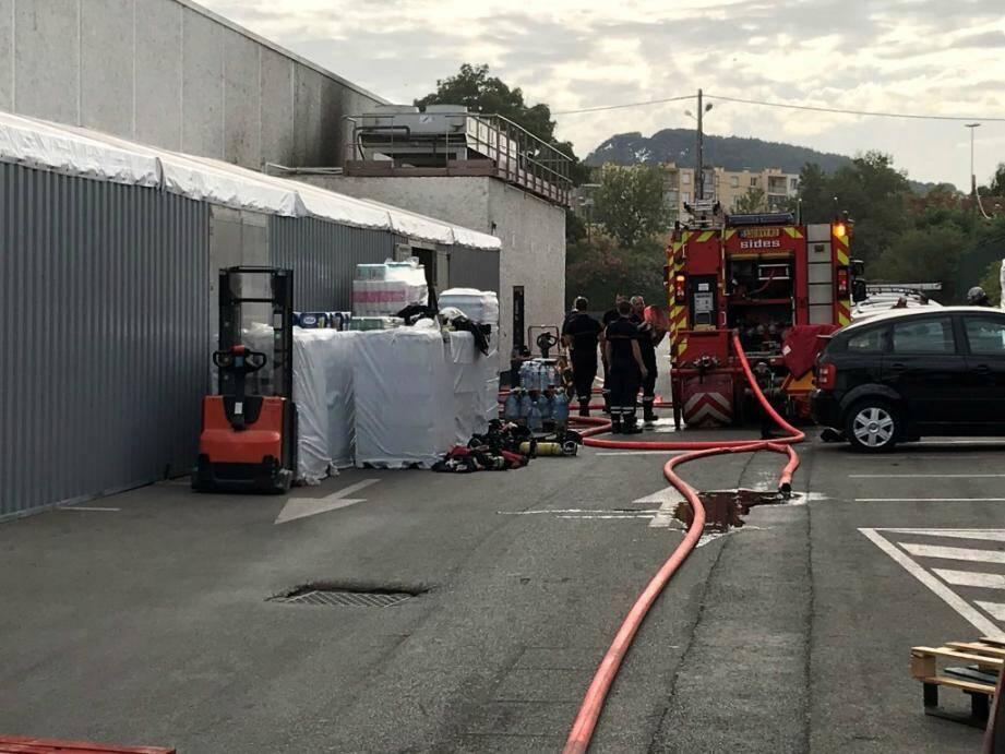 L'incendie s'est déclaré dans les locaux techniques, situés sur le flanc du magasin.