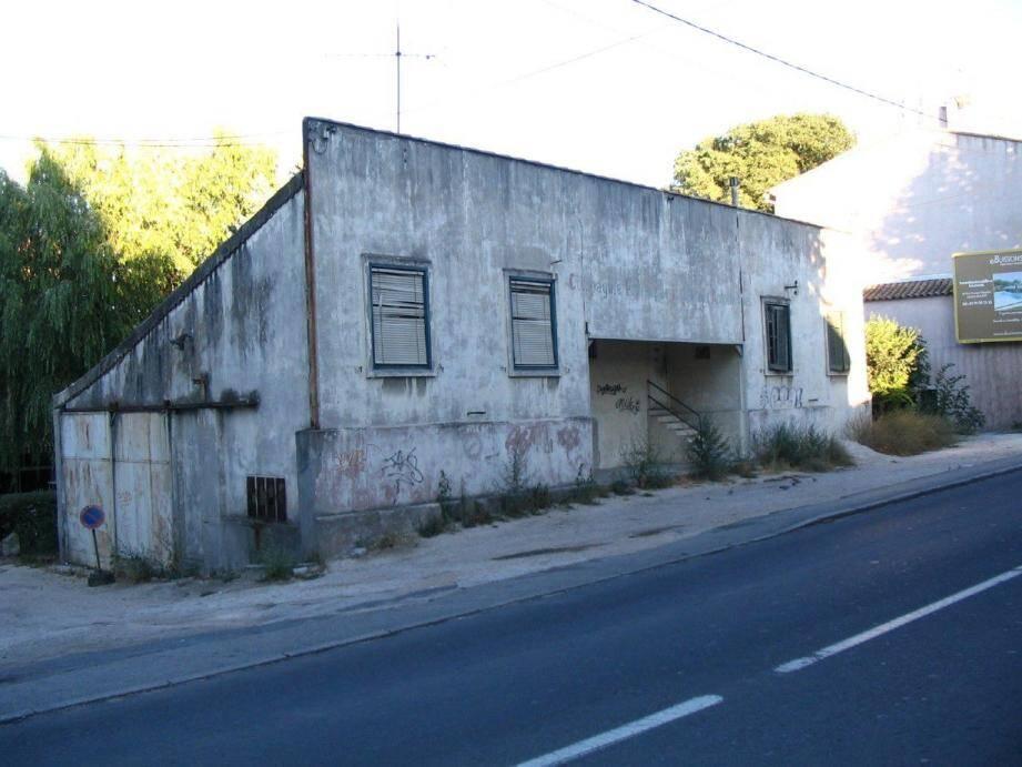C'est ici, devant le siège de la CPTA (actuellement labo BioLittoral) que l'intéressé a découvert le side-car abandonné.