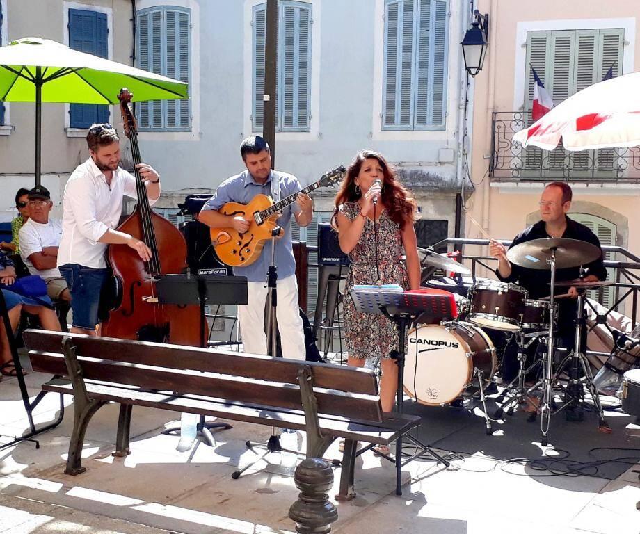 Comme d'habitude, la musique... et l'apéro ont été partagés dans la rue.