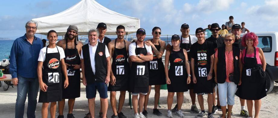 Les garçons de café aux côtés du maire Patrick Boré et de l'équipe du comité des fêtes.