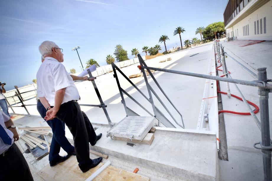 Le maire Jean Leonetti a visité l'ensemble du chantier du stade nautique, mardi après-midi.