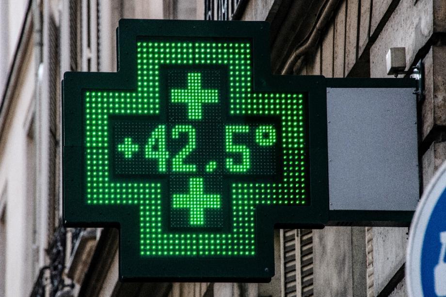 Le thermomètre d'une pharmacie indique 42,5°C, le 25 juillet 2019 lors d'un épisode de canicule à Paris