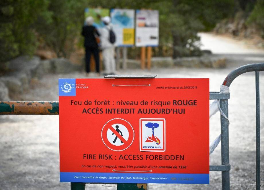 Un panneau interdit en raison des risques d'incendie l'accès du parc national des Calanques, près de Marseille, le 13 août 2019.